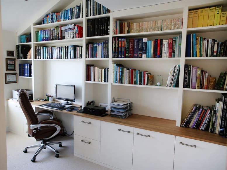 Egy nagyobb és kényelmesebb irodai szék helyére érdemes legalább 100 cm széles helyet területet számolni az asztalnál.